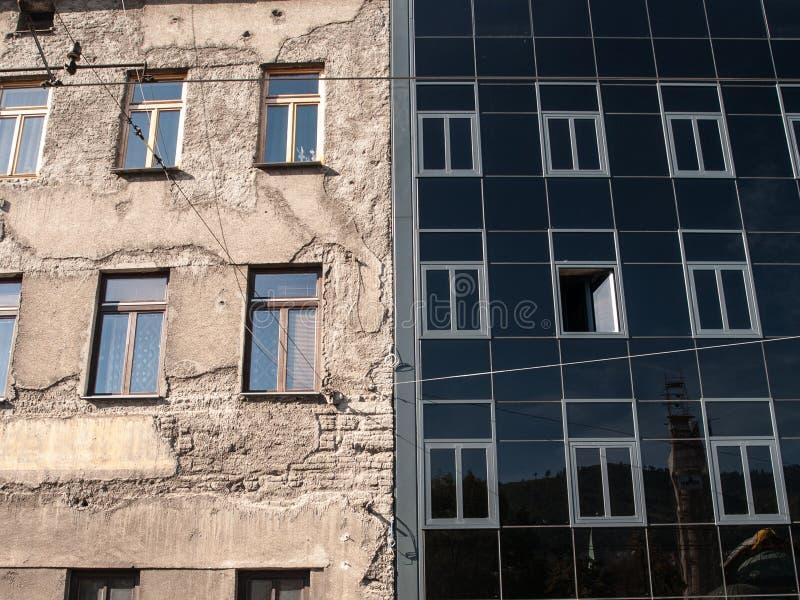 Gammalt vs ny arkitektur arkivbilder