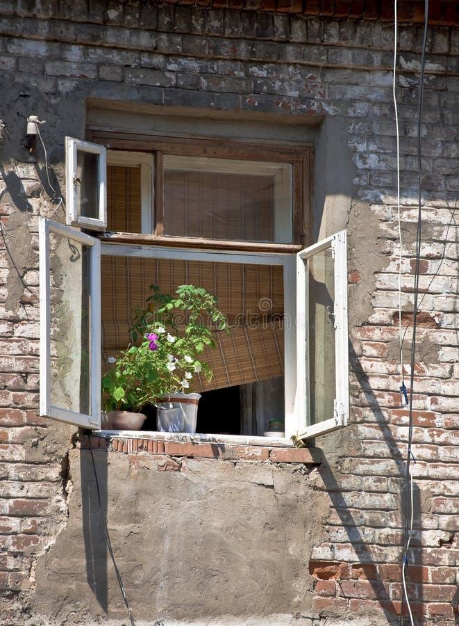 gammalt wal fönster för tegelsten arkivbilder