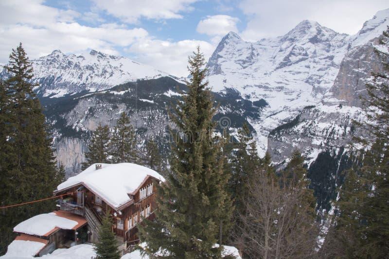 Gamme de montagne couronnée de neige et maison de cliffside chez Murren, Suisse, l'Europe image stock