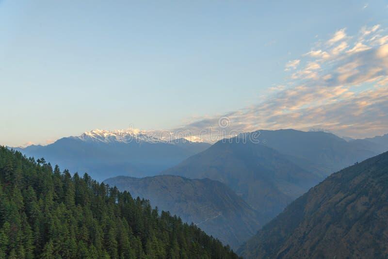Gamme de montagne couverte par neige à l'aube photographie stock libre de droits