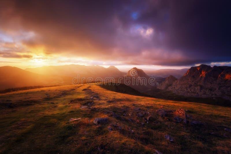 Gamme de montagne d'Urkiola au coucher du soleil images stock
