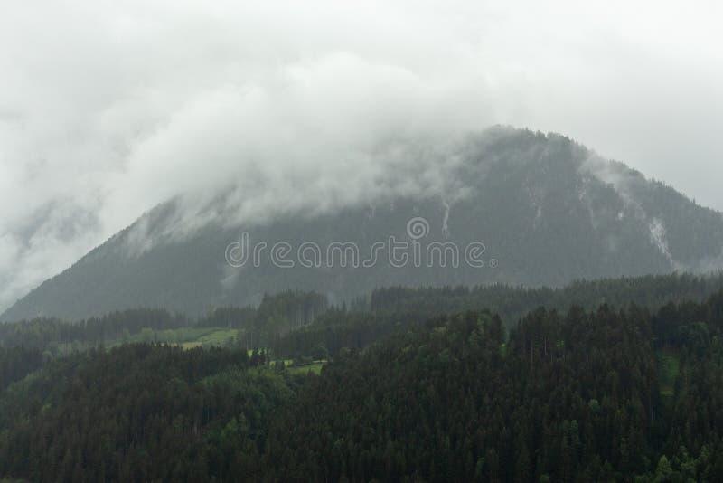 Gamme de montagne pluvieuse et déprimée obscurcie de massif de Dachstein photos stock