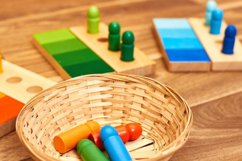 Gamme en bois de couleur de Montessori images stock