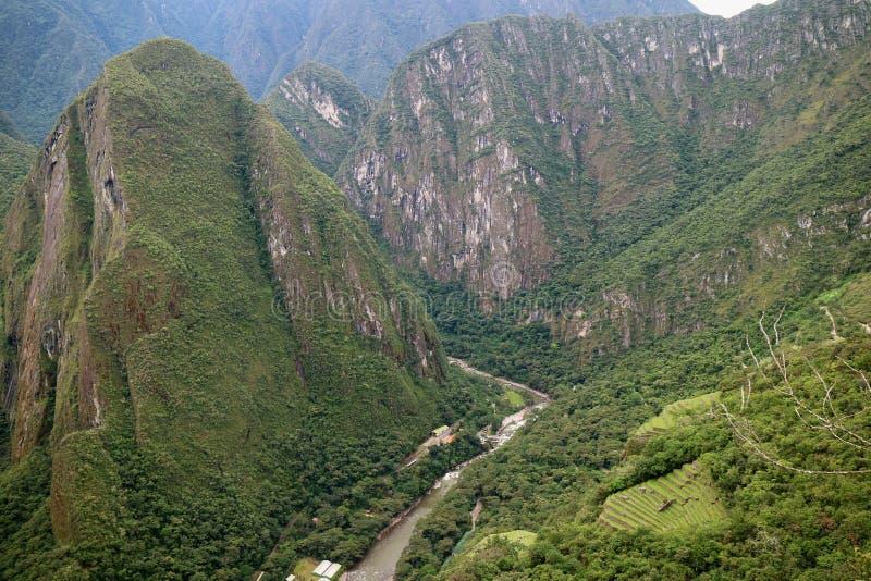 Gammes de montagne incroyables et la ville de la vue de Calientes d'Aguas de la montagne de Huayna Picchu, région de Cusco, Pérou images libres de droits