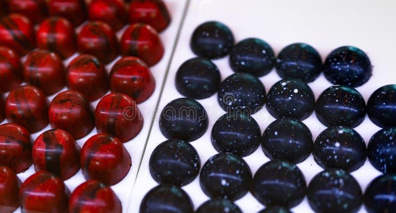 Ganache frutado da framboesa revestido com o chocolate escuro e o centro escuro do chocolate com ganache do conhaque Confeitos do foto de stock royalty free