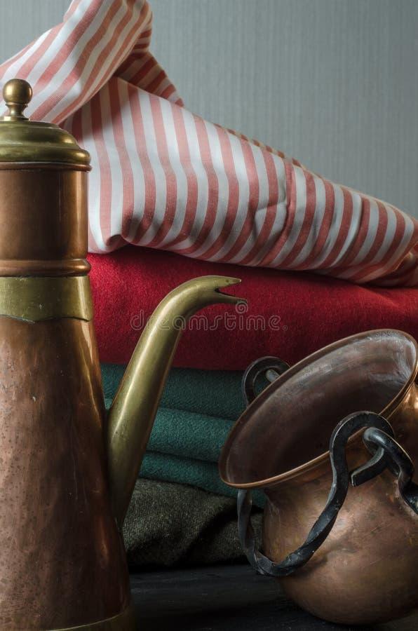 Ganado y pote de bronce y de cobre del té foto de archivo