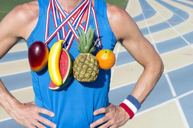 Ganador de consumición sano con las medallas de la fruta imagen de archivo libre de regalías
