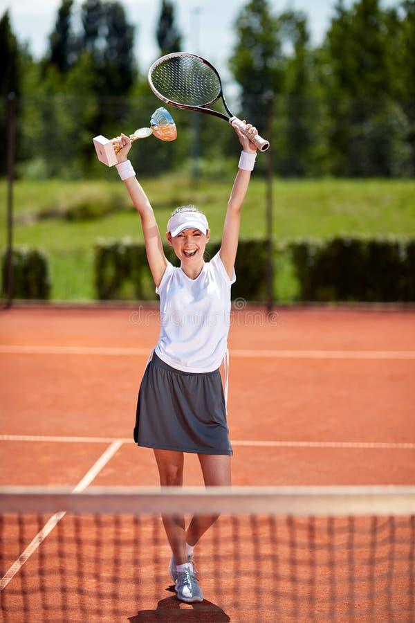Ganador en partido del tenis en la pista de tenis imagenes de archivo