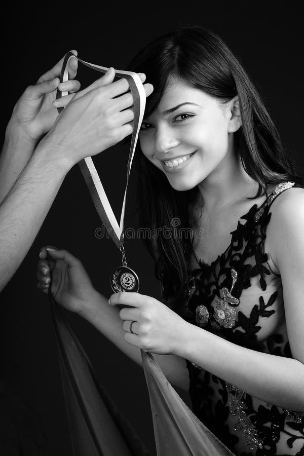 Ganador feliz que recibe la medalla fotografía de archivo libre de regalías