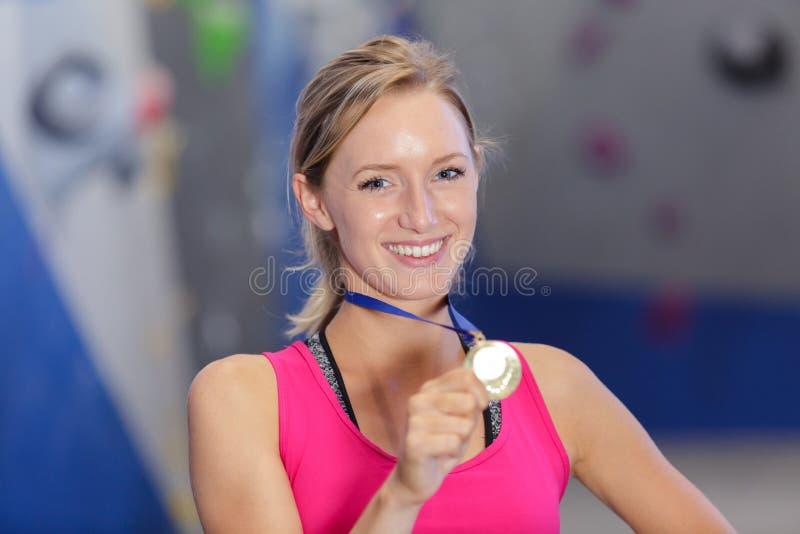 Ganadora sosteniendo medalla de oro fotos de archivo libres de regalías