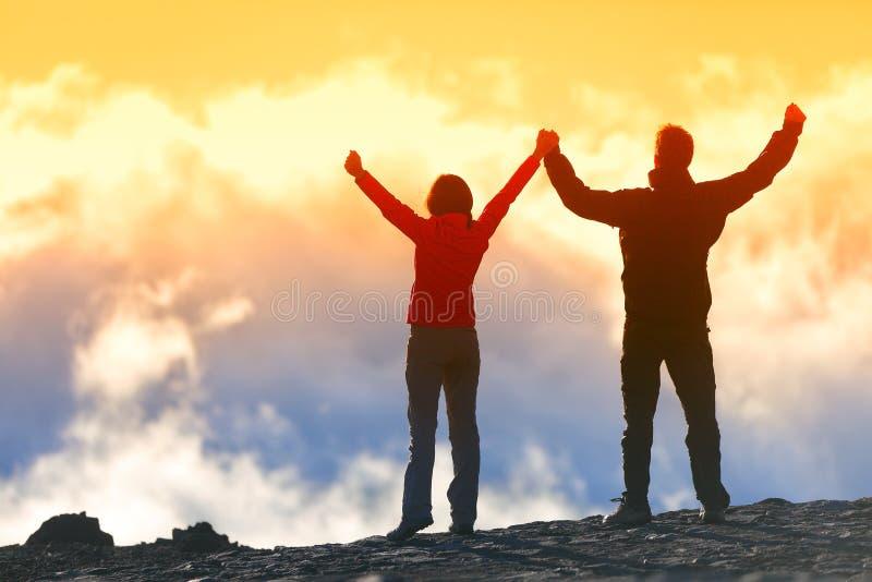 Ganadores felices que alcanzan la meta de la vida - gente del éxito foto de archivo