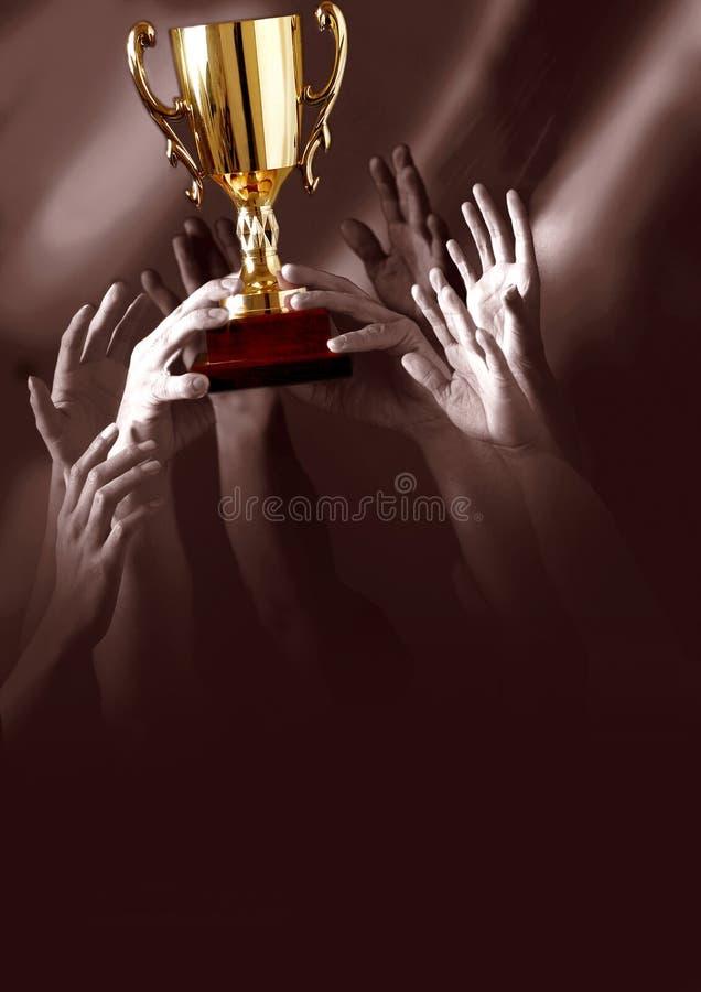 Ganadores que sostienen el trofeo fotografía de archivo