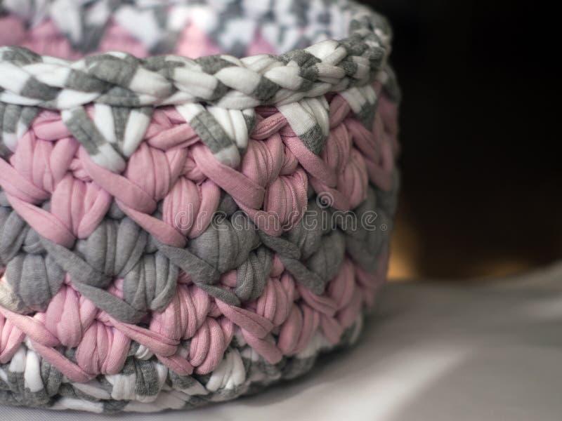Ganchillo hecho a ganchillo de la cesta del hilo para obras de punto imagenes de archivo