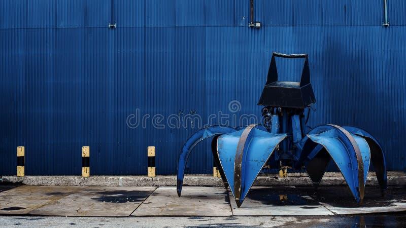 Gancho agarrador azul grande para la gr?a Objeto del equipo cargado portuario Copie el espacio Color azul fotografía de archivo libre de regalías