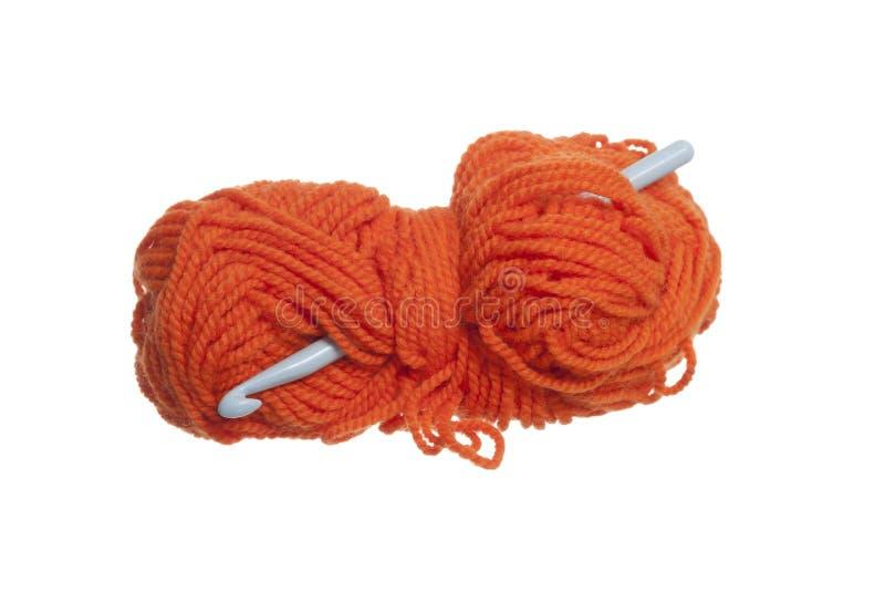 Gancho alaranjado de lãs e de Crochet. fotos de stock