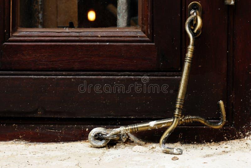 Gancho de bronze velho para janelas imagens de stock