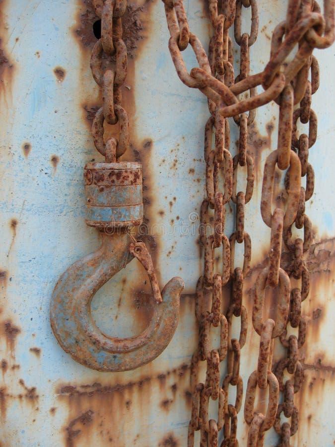 Gancho de leva y encadenamiento oxidado fotografía de archivo