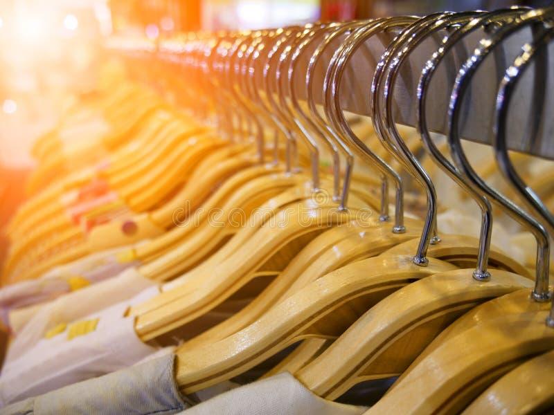 Gancho de roupa de madeira do foco seletivo na prateleira no boutique moderno da loja foto de stock royalty free