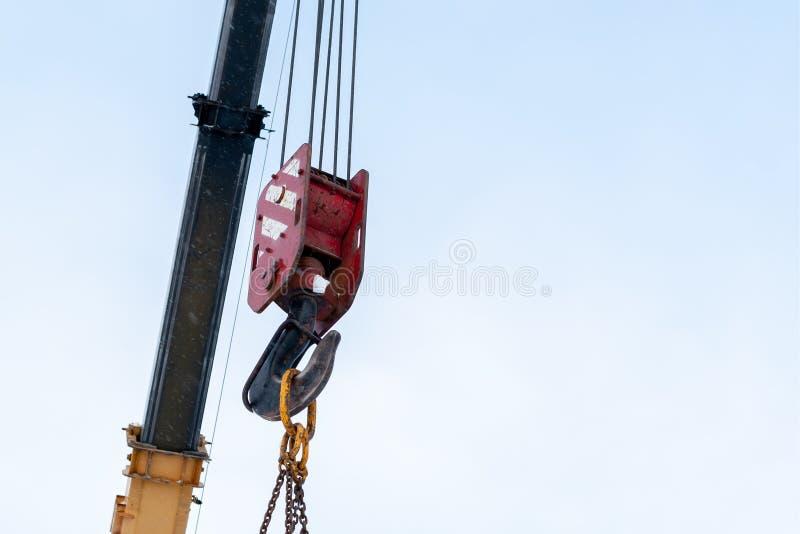 Gancho de una grúa de construcción contra un cielo azul foto de archivo