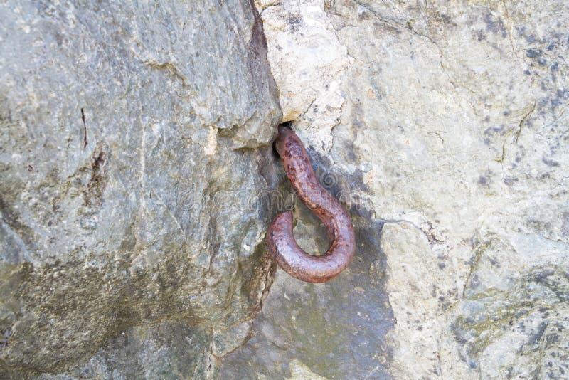 Gancho del metal fijado en roca Barricada de la Segunda Guerra Mundial foto de archivo
