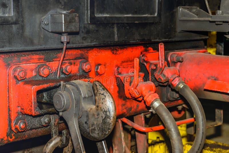 Gancho ferroviario del acoplamiento de una locomotora de vapor vieja fotografía de archivo