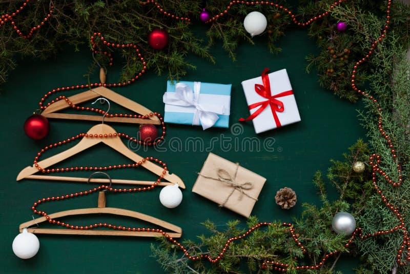 Gancho pelo ano novo dos presentes da árvore de Natal do fundo do Natal da roupa fotografia de stock
