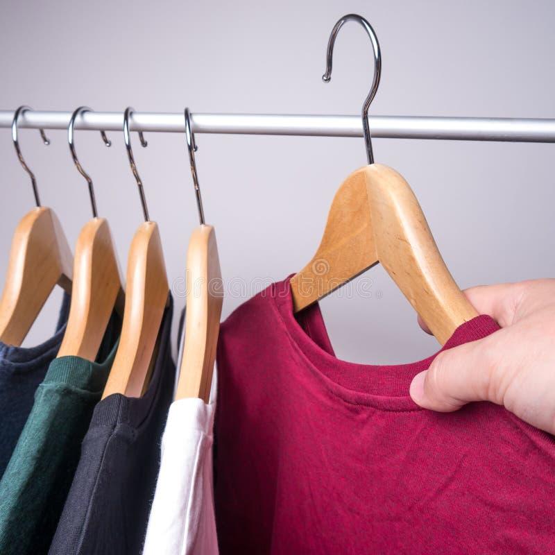Ganchos com t-shirt foto de stock