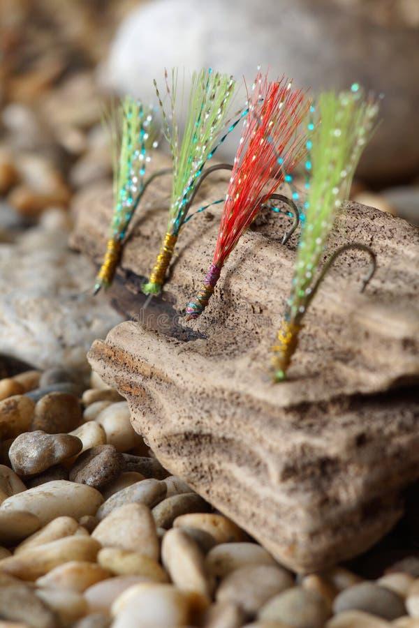 Ganchos con las plumas para el cebo de pesca foto de archivo libre de regalías
