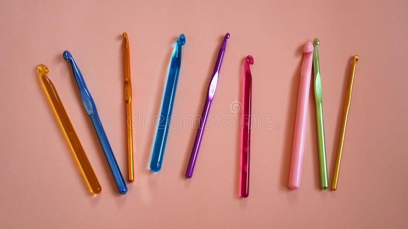 Ganchos de ganchillo coloridos fotografía de archivo libre de regalías