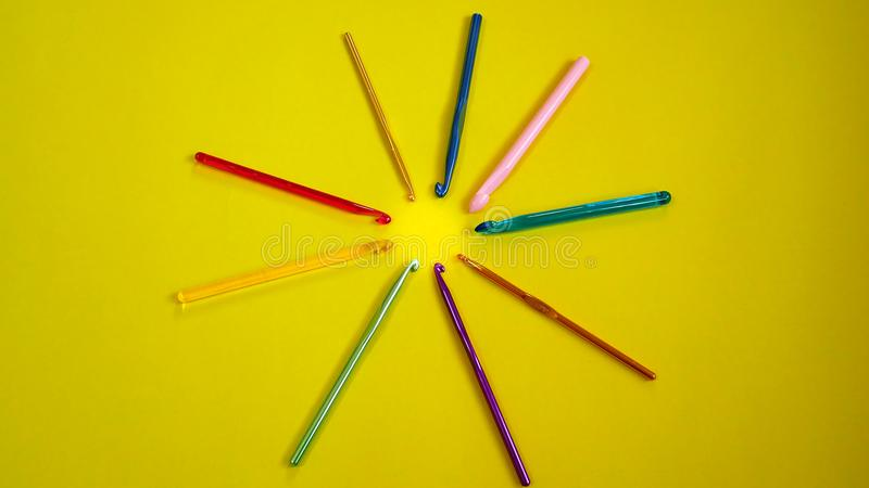Ganchos de ganchillo coloridos foto de archivo
