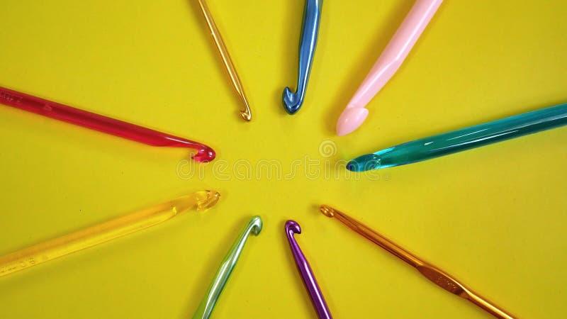 Ganchos de ganchillo coloridos imagen de archivo