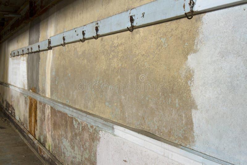 Ganchos del gimnasio en la pared del cemento fotografía de archivo libre de regalías