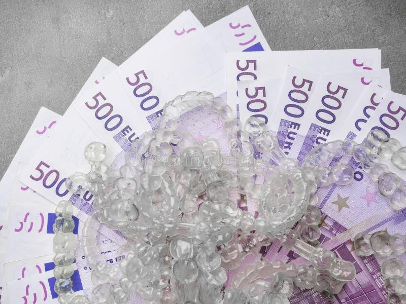 Ganci, sostegni o aligners invisibili sugli euro soldi dei contanti, concetto di costi dei aligners fotografie stock libere da diritti