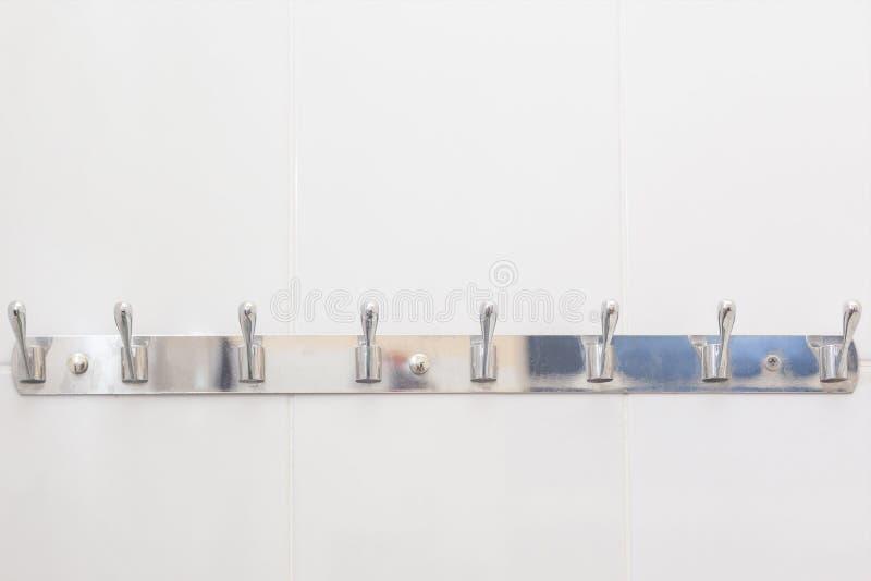 Gancio del bagno montato alla parete nel bagno Ganci per i vestiti e gli asciugamani nel bagno Ganci del metallo per gli asciugam immagini stock libere da diritti