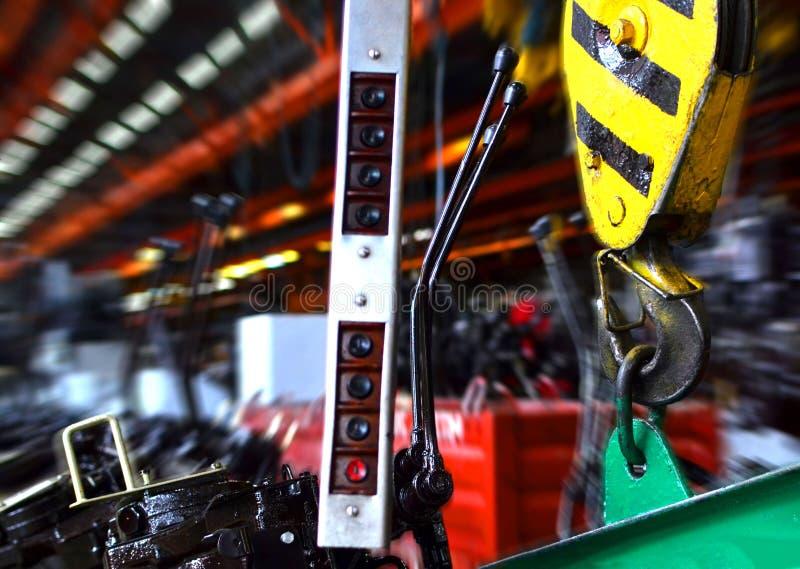 Gancio della gru della gru a ponte nell'officina di un impianto industriale per la produzione dei trattori e delle mietitrici agr fotografia stock libera da diritti
