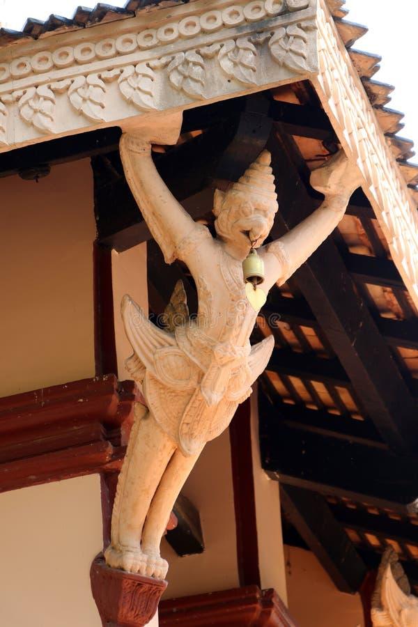 Gancio di Eaves del corridoio del tempio buddista come forma dallo stucco Garuda fotografia stock libera da diritti