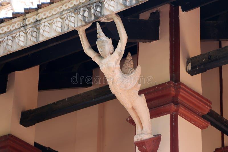 Gancio di Eaves del corridoio del tempio buddista come forma dallo stucco Kinnaree fotografia stock