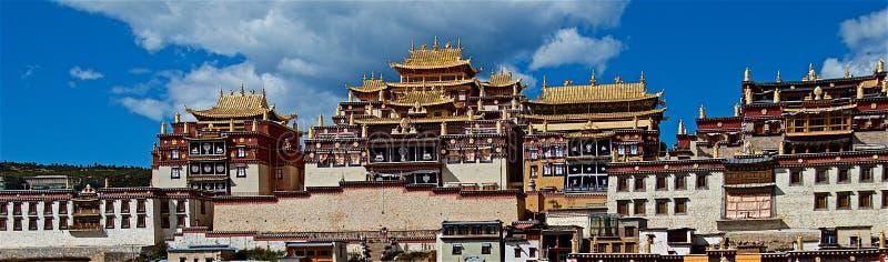 Ganden Sumtsenling kloster, den största tibetana buddistiska kloster i det Yunnan landskapet arkivfoto