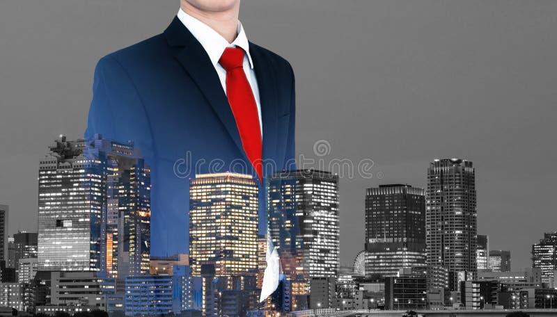 ?gander?tt f?r home tangent f?r aff?rsid? som guld- ner skyen till Affärsman i blå dräkt och röd slips, med panorama- affärskonto fotografering för bildbyråer