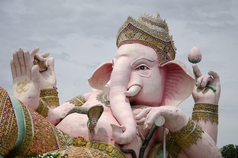 Ganesh雕象桃红色颜色在室外的泰国叫的Phra Pikanet为 免版税库存图片