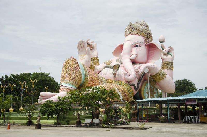 Ganesh雕象桃红色颜色在室外的泰国叫的Phra Pikanet人的参观并且尊敬祈祷在Ganesha Park阁下 免版税库存图片