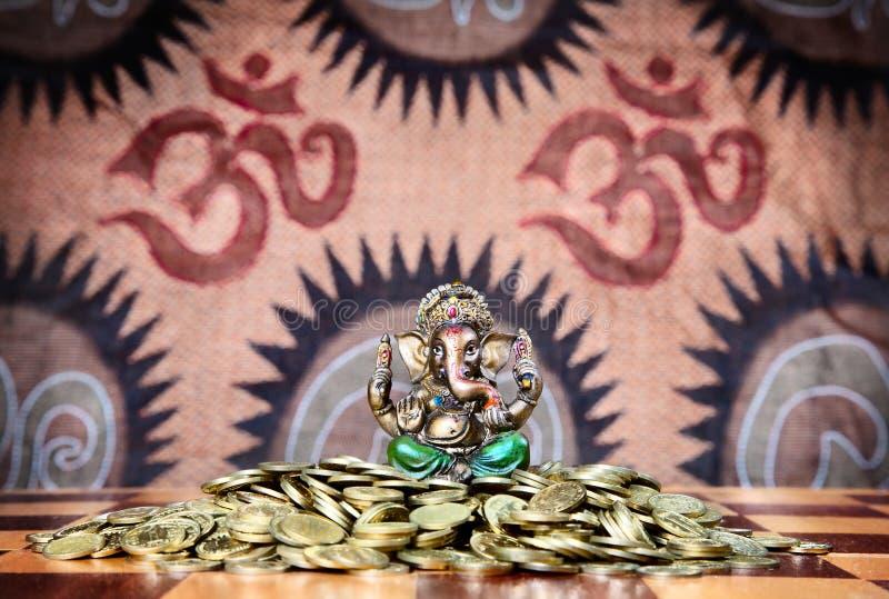 Ganesh en el montón de monedas foto de archivo libre de regalías