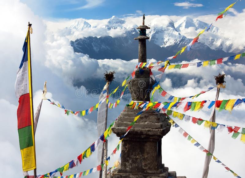 Ganesh Himal с флагами stupa и молитвы стоковое изображение rf