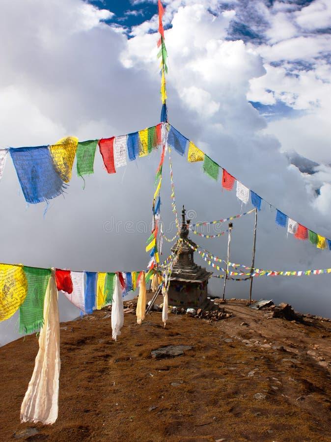 Ganesh Himal z stupy i modlitwy flaga obrazy stock