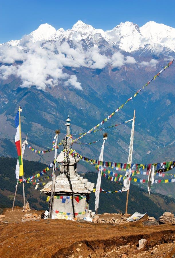 Ganesh Himal z stupy i modlitwy flaga - Nepal zdjęcia royalty free