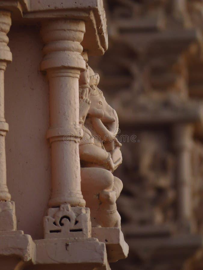 Ganesh hindú de dios en viejo desinein del pilar imagen de archivo