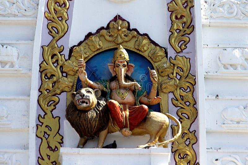 Ganesha που τοποθετείται στο λιοντάρι στοκ εικόνα με δικαίωμα ελεύθερης χρήσης