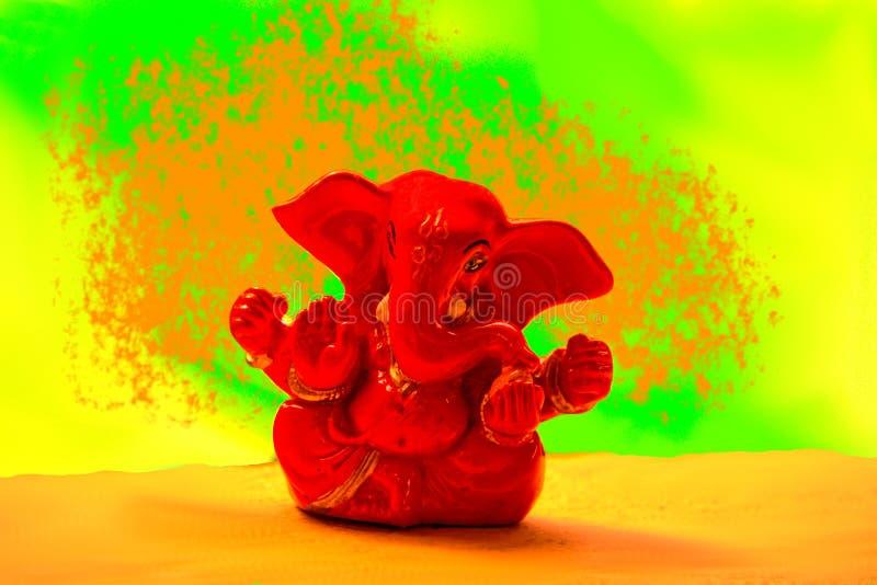 Ganesha - Czerwony Ganapathi w wibrującym backgorund jpg obraz royalty free