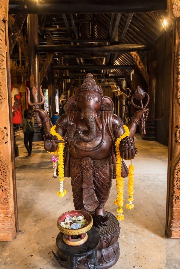 Ganesha hinduskiego boga drewniana statua w Tajlandia obraz stock