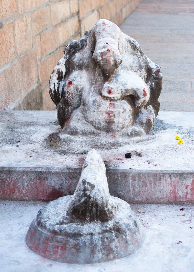 Ganesha staty som täckas med målarfärg- och rismjöl royaltyfria bilder
